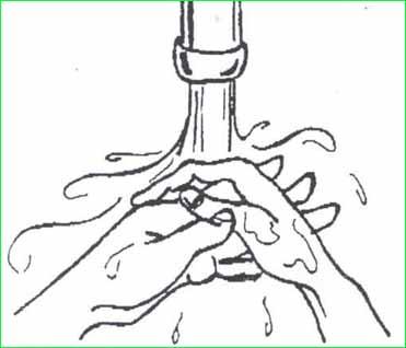 Đưa tay dưới vòi nước chảy