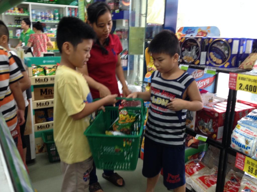 Các bé đang chọn hàng trong siêu thị