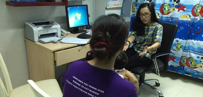 ThS: Nguyễn Thị Diệu Anh ( Khoa Tâm Lý- Bệnh Viện Nhi Đồng 1) đang Test cho bé Nguyễn Phạm Phú Lộc